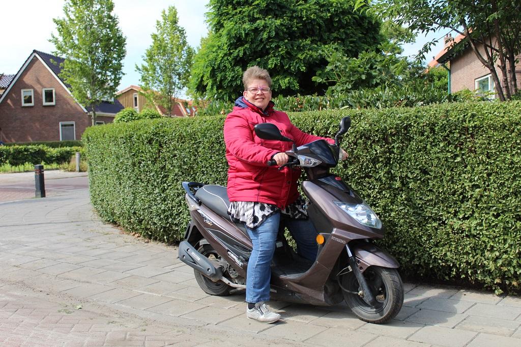 Jeanet op de scooter